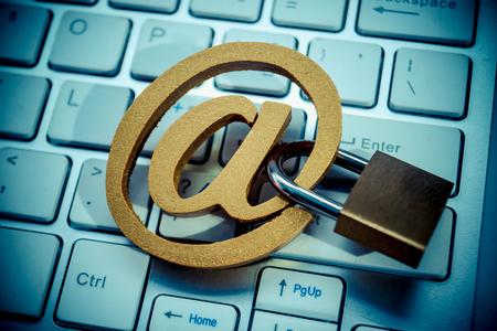 E-mailteken met een hangslot op computertoetsenbord. E-mailbeveiliging en tegenmaatregel concept