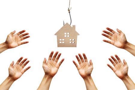 Manos que alcanzan hacia fuera para una casa en un gancho de leva / riesgos y lados negativos de comprar un concepto de la casa Foto de archivo - 78151928