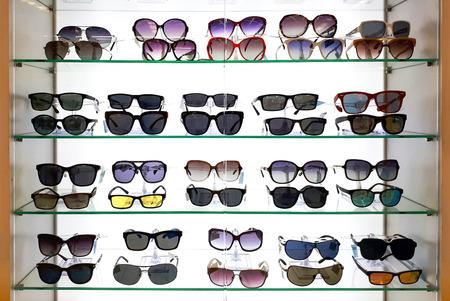 棚の上のファッションメガネ 写真素材 - 80824712