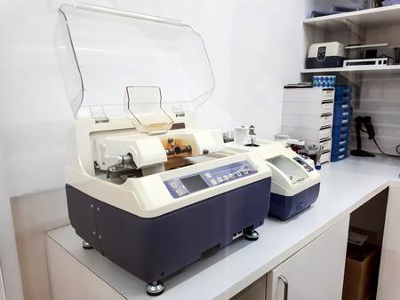 光学眼鏡レンズ加工機切断
