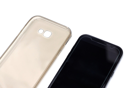 Um smartphone preto com filme protetor na tela e uma caixa protetora isolada Foto de archivo - 80824016