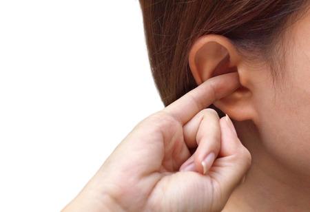 Kobieta wkłada palec do ucha / Swędzenie ucha na białym tle