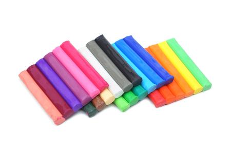Bâtons d'argile colorée pour les enfants isolés sur blanc