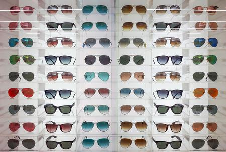 棚のメガネとサングラス 写真素材 - 93145147