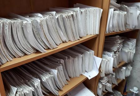 Un armadio pieno di file cartacei / inefficienza del sistema di archiviazione basato su carta Archivio Fotografico