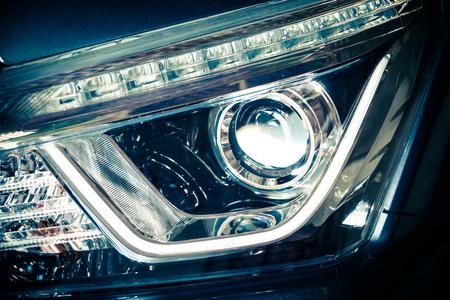 La vista frontal de los faros de un automóvil