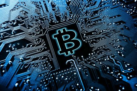 Símbolo de Bitcoin en placa de circuito de computadora / Criptomoneda