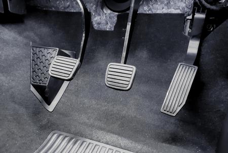 Embrayage, frein, accélérateur d'une voiture