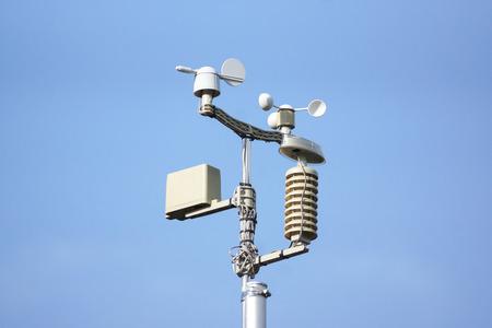 Estación meteorológica sobre fondo de cielo azul