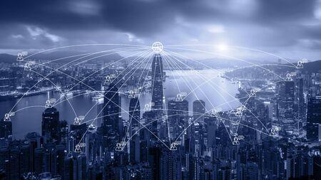 Network Business Connection System auf Hong Kong Smart City Scape im Hintergrund. Netzwerk-Geschäftsverbindungskonzept