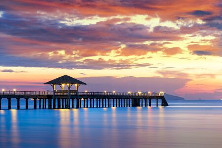 Summer, Travel, Vacation and Holiday concept - Wooden pier between sunset in Phuket, Thailand Stockfoto
