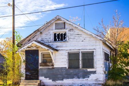 Verlaten huis met bars op Windows Stockfoto