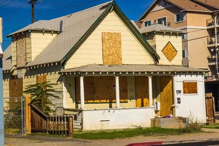 Oude Verlaten dichtgetimmerd huis