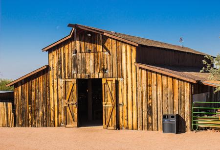 애리조나 사막에서 로프트와 오래 된 목조 헛간