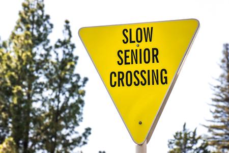 Geel langzaam, Senior Crossing Sign Stockfoto