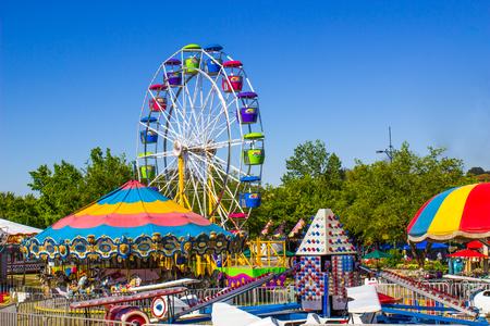 小さな郡フェアで遊園地の乗り物 写真素材