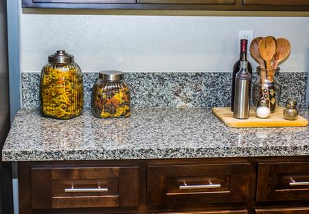 調理器具と容器を備えたモダンなキッチンカウンター