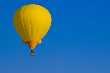Ballon à air chaud jaune vif sur fond de ciel bleu Banque d'images - 85777052
