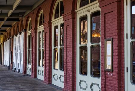 Wooden Walkway Outside Vintage Brick Building 版權商用圖片 - 95076063