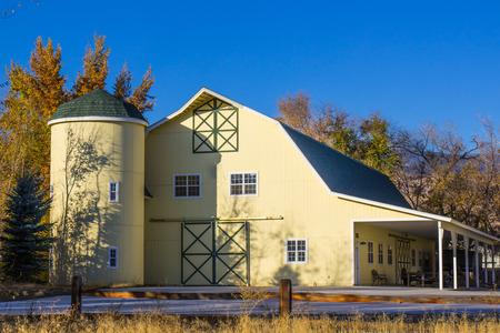 Modern Barn with Silo & Overhang 版權商用圖片 - 96501371