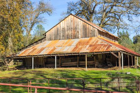Vintage Wooden Barn With Rusty Tin Roof 版權商用圖片