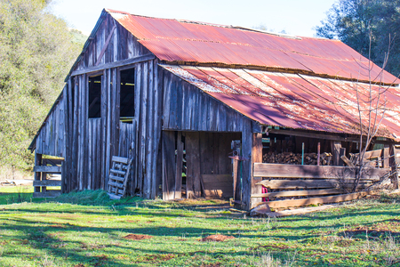 Vintage Wooden Barn With Rusted Tin Roof 版權商用圖片