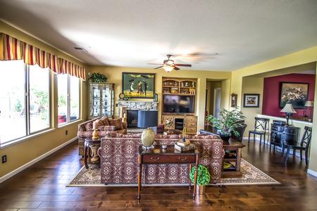 Sala de estar moderna con pisos de madera noble y estantería empotrada
