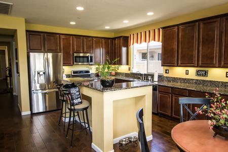 Cocina moderna con gabinetes de madera y barra de encimera con isla