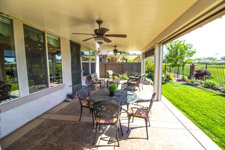 Modern terras aan de achterkant Stockfoto