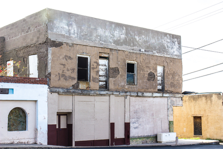 Old Abandoned Two Story Building With Boarded Up Windows Stok Fotoğraf