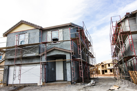 Faza stiukowa nowej dwupiętrowej budowy domu