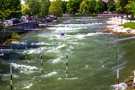Kayak Gates On Rushing River Stockfoto