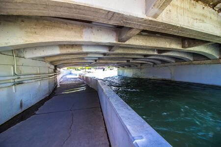Walkway Beneath Traffic Bridge Next To Truckee River In Reno, Nevada Stockfoto