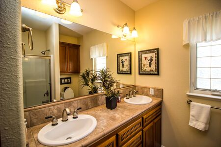 Guest Bathroom With Double Sinks & Mirror Stockfoto