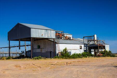 Old Deserted Grain Barn With Corrugated Siding Standard-Bild