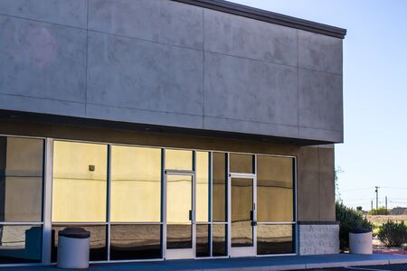 Vacant Corner Commercial Building In Failing Strip Mall Banco de Imagens