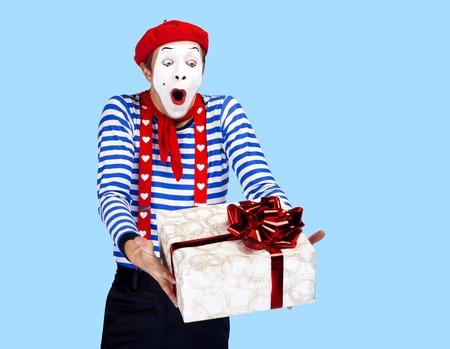 mimo: Mime con el actor gift.Emotional divertido que lleva traje de marinero, boina roja Foto de archivo