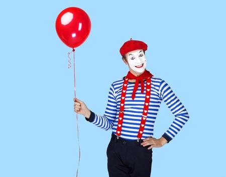 mimo: Mime con el actor balloon.Emotional divertido que lleva traje de marinero, boina roja Foto de archivo