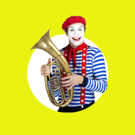 mimo: Mime with trombone.Emotional funny actor wearing sailor suit, red beret Foto de archivo