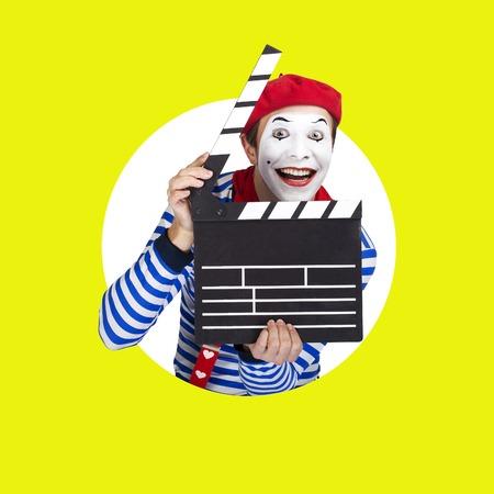 mimo: Emocional actor de mimo divertido traje llevaba marinero, boina roja posando sobre fondo de color