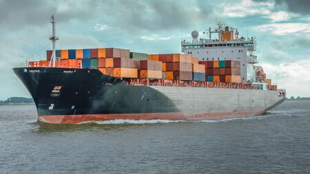 Containerschip op de rivier de Elbe bij Hamburg