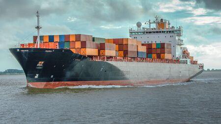Nave portacontainer sul fiume Elba ad Amburgo
