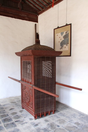een houten oude Chinese kar voor transport. Reis door Suzhou, in april 17 april.