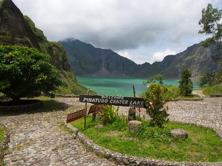 El lago de azufre del volcán Pinatubo. Viaje a Clark, Filipinas en 2013, 21 de julio. Foto de archivo