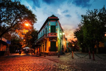 Openbaar plein in La Boca, Buenos Aires, Argentinië. Genomen tijdens zonsondergang op 9 april 2015. genomen in 2015 Stockfoto