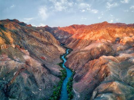 Fiume attraverso Charyn Canyon nel sud-est del Kazakistan