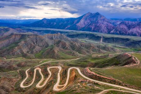 Bendy Mountain Road in Khosrov Forest State Reserve, Armenia Imagens - 127018354