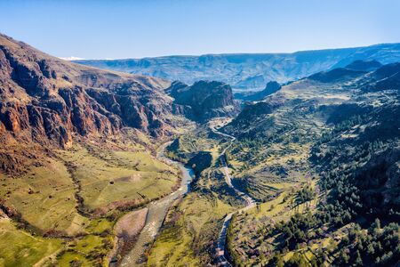 Mountain River and Road Imagens - 127018427