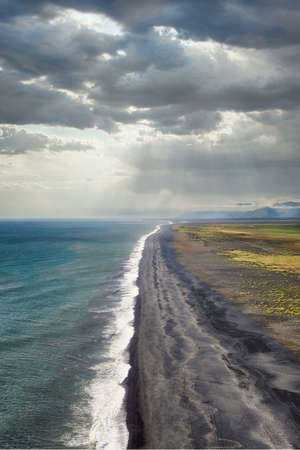 Dyrholaey View Down the Black Sand Beach in Southern Iceland, post processed using exposure bracketing 免版税图像