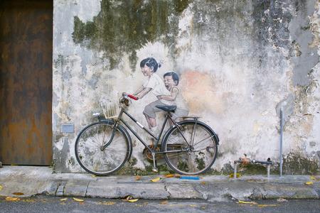 Kleine kinderen op een fiets of broer  zus fietser Straatkunst muurschildering in Armeense straat, George Town, Penang UNESCO werelderfgoed van de Litouwse kunstenaar Ernest Zacharevic